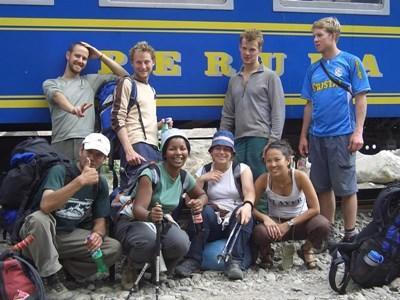 在秘魯聖谷地區完成項目的志工組隊遊覽馬丘比丘