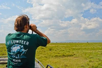 Projects Abroad環保志工在非洲肯雅的生態保育園地進行野生動物普查工作
