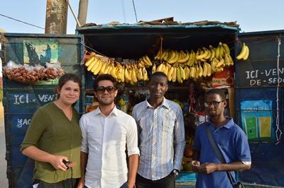 志工與塞內加爾當地一名男子合作,這名男子獲得小型融資項目的資助獨自經營小生意