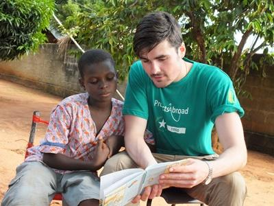 Projects Abroad志工參與非洲多哥關愛頁目,在孩子面前朗讀書本內容
