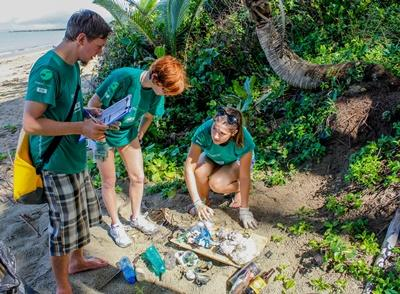 Projects Abroad志工參與海灘清潔活動,這是斐濟環保項目其中一項工作