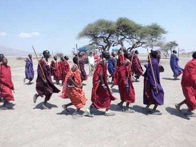 坦桑尼亞的馬賽部落穿著影像鮮明的衣服和串珠