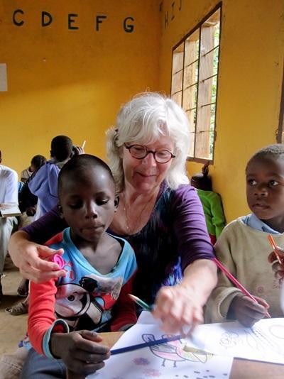 志工參與坦桑尼亞關愛項目幫助兒童完成學習活動