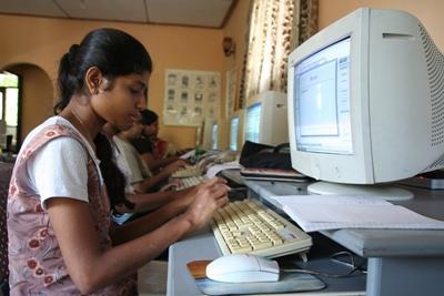 斯里蘭卡學生使用電腦