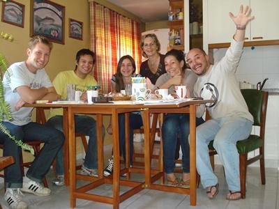 志工與阿根廷科爾多瓦寄宿家庭坐在一起享受用餐的時光