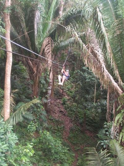 Projects Abroad志工於貝里斯享受休閒時光,在叢林間體驗高空溜索