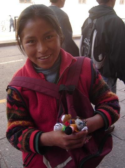 玻利維亞女孩在科恰班巴的街道售賣手工藝術品