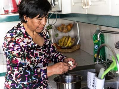 玻利維亞婦女準備晚餐