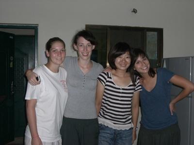 來自世界各地的女志工在柬埔寨志工宿舍合照