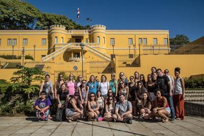 一群來自美國的Projects Abroad志工在中美洲國家哥斯達黎加的博物館前合照