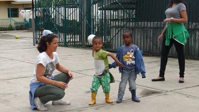 埃塞俄比亞寄宿家庭的孩子們與志工一起玩遊戲