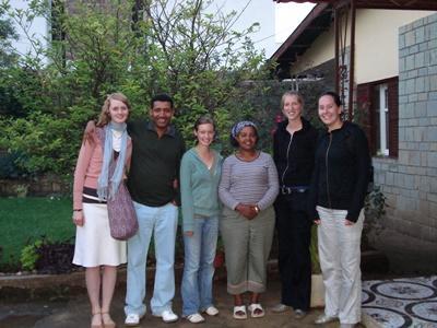 志工與埃塞俄比亞寄宿家庭在家門前的合照