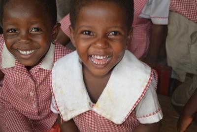 Projects Abroad志工在加納學校教導孩子學習