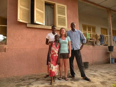 關愛志工與照顧她的加納寄宿家庭