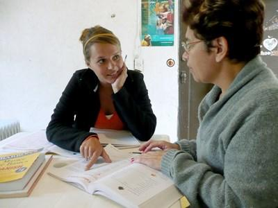 志工參與亞洲的國際發展項目與員工檢視相關的資料