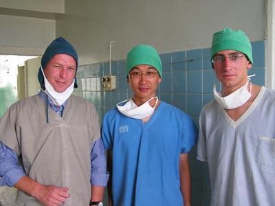 男志工參與亞洲醫學項目在醫院穿上醫學袍