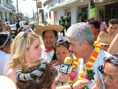 Projects Abroad新聞實習生在中美洲電視訪問一名當地人