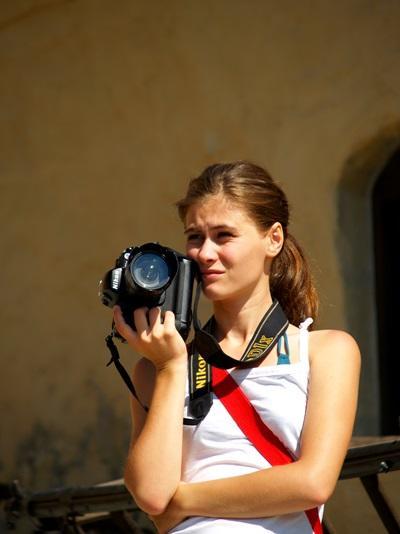 新聞實習生參與歐洲羅馬尼亞項目,準備相機進行拍攝