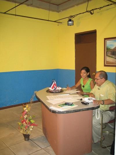拉丁美洲新聞項目志工和員工一起工作