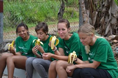 一群志工於休息時間在服務機構吃到新鮮的香蕉