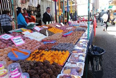 墨西哥市場的一個攤位售賣烘焙糕點和甜食