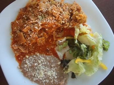 墨西哥的傳統早餐,chilaquiles和豆搭配草綠果汁和咖啡