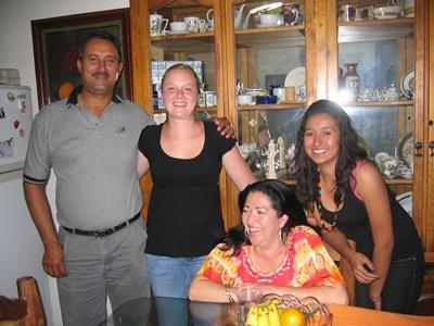 志工與她的墨西哥寄宿家庭在家中合照