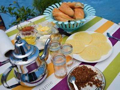 摩洛哥寄宿家庭的早餐,有茶、杏仁、薄餅、蜜糖、堅果油、法式長棍包