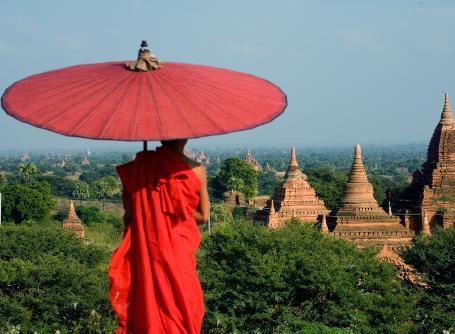佛教僧侶注視緬甸古式寺廟