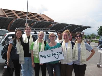 Projects Abroad員工在尼泊爾機場等待國際志工的到來
