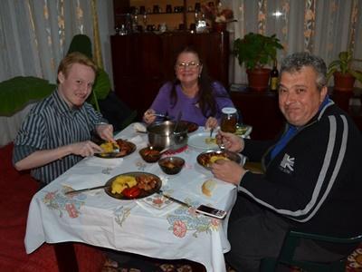 來自丹麥的志工與羅馬尼亞寄宿家庭共進晚餐。