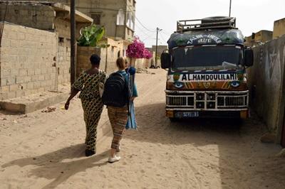塞內加爾和Projects Abroad志工及員工一起走在聖路易的街上,經過當地的公車