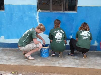 一群坦桑尼亞在社區日幫忙塗漆