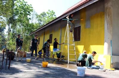 志工在泰國參與社區日服務