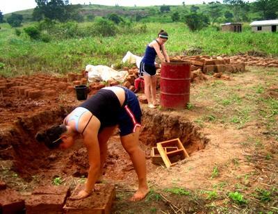非洲志工參與建設項目在工地堆砌磚牆