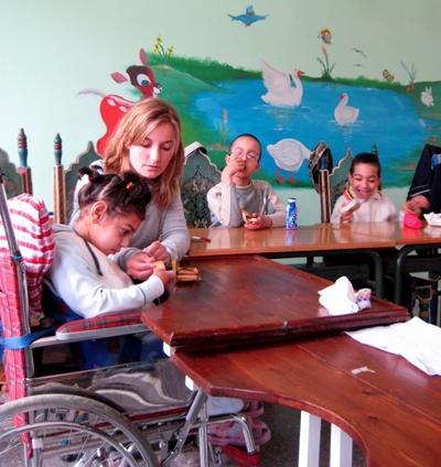 女志工在摩洛哥照顧特殊需要的兒童