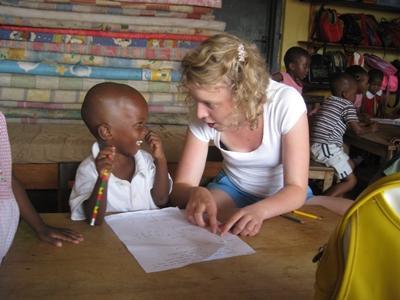 德國志工參與非洲關愛項目與孩子玩遊戲