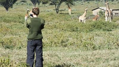 志工在肯雅環境保護項目觀察動物