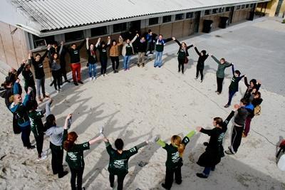 Projects Abroad志工在非洲參與藝術教學項目,與當地人合力組成一個圓圈