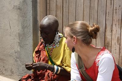 志工參與非洲文化及社區項目與當地婦女接觸交流