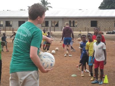 Projects Abroad志工在非洲向年幼孩子指導體育運動技巧