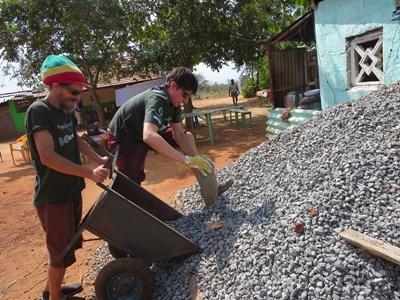 志工參與亞洲建設項目堆砌磚牆