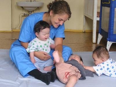 Projects Abroad志工和蒙古關愛機構的嬰孩