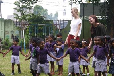 Projects Abroad志工與柬埔寨關愛項目的孩子