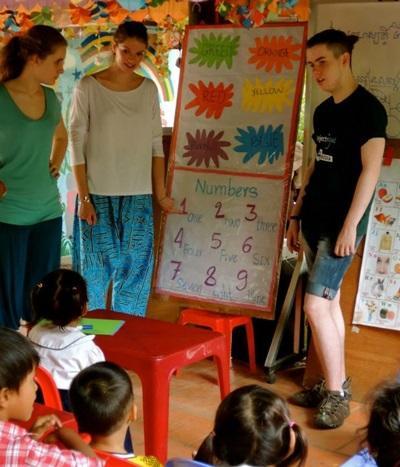 志工在亞洲關愛中心與孩子一起