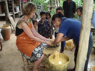 志工參與亞洲文化及社區項目學習製作陶瓷