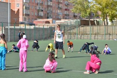 志工在亞洲的學校向學生指導體育運動技巧