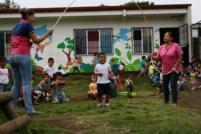 關愛項目志工在中美洲的服務機構院舍外與孩子一起跳繩