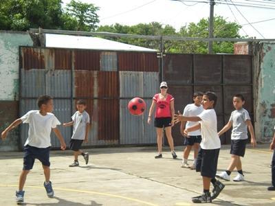 志工在中美洲成為教練指導孩子掌握體育運動技能
