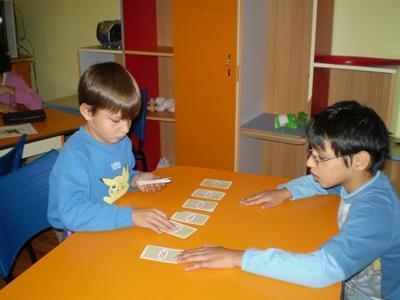 兒童在Projects Abroad的歐洲關愛項目單位玩紙牌遊戲